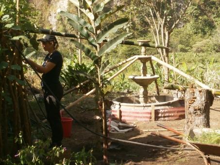 Claire entrain de faire venir l'eau pour le ruisseau